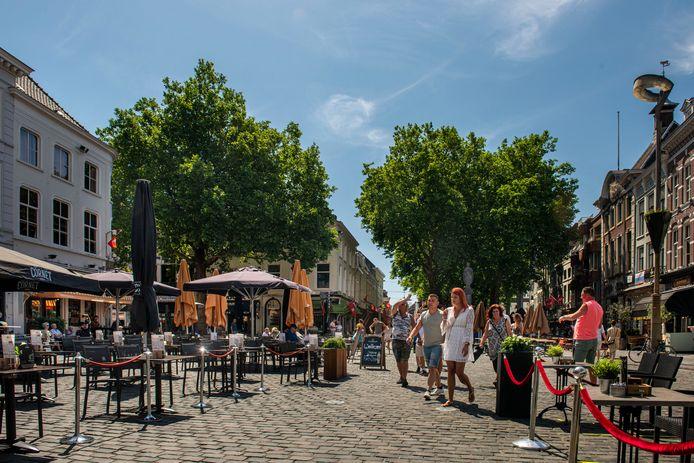 De Grote Markt in Breda eerder op de middag. Lange rijen bleven uit. Burgemeester Paul Depla nam zelf een drankje op een terras onder de Grote Kerk. ''Ik ben blij dat de stad weer bruist'', zei hij.