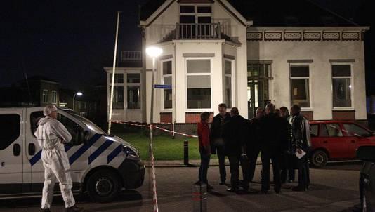 De politie verricht onderzoek bij het huis in Baflo.