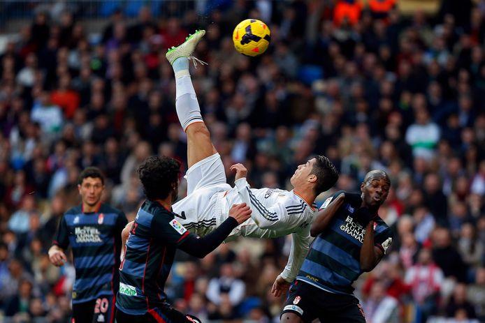 Cristiano Ronaldo waagt een omhaal in duel met Granada.