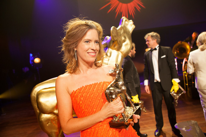 Maria Kraakman met haar Gouden Kalf voor de prijs van Beste Actrice op het Nederlands Filmfestival in Utrecht.