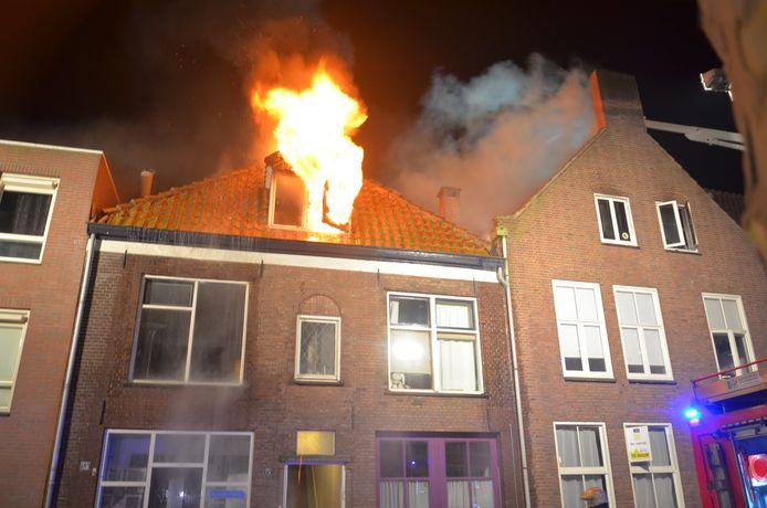 De vlammen sloegen uit het pand aan de Graaf Ottosingel.