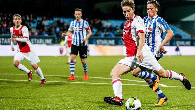 Jong Ajax speler Carel Eiting in duel met Eindhoven middenvelder Tibeau Swinnen Beeld Proshots
