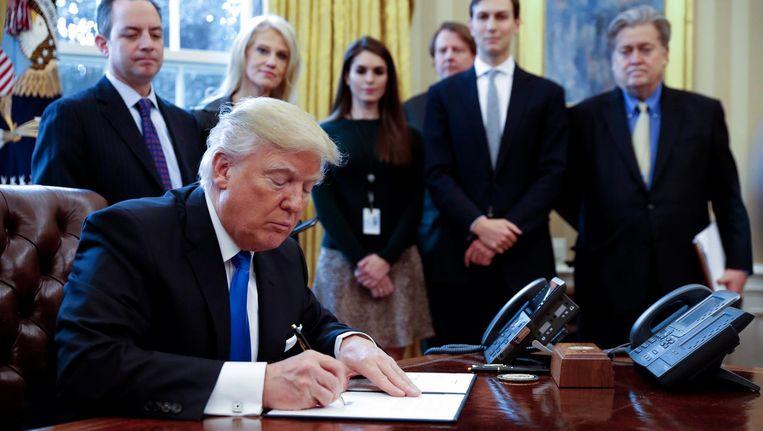 Trump ondertekent in het Oval Office decreten in verband met de aanleg van oliepijpleidingen. Beeld epa