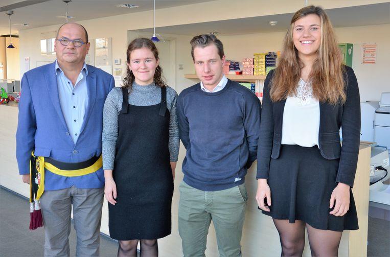De schoollaureaten werden gelauwerd door schepen van onderwijs Geert Dessein (CD&V/VD)