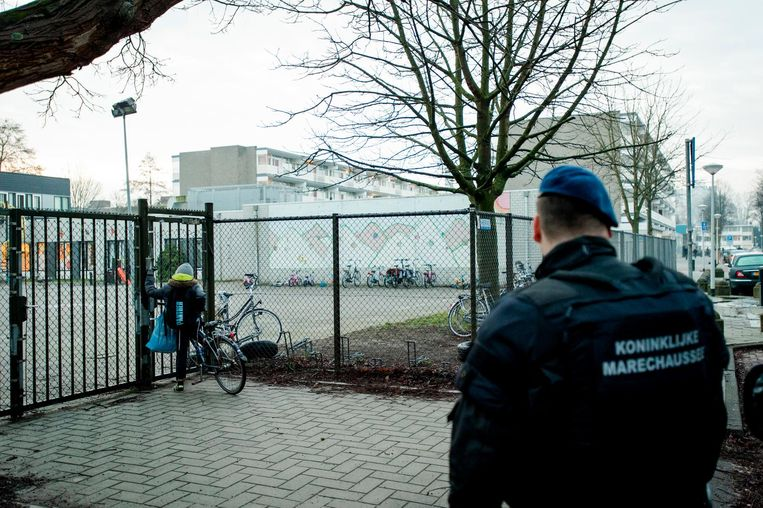 Marechaussee bij de school in Buitenveldert. Beeld anp