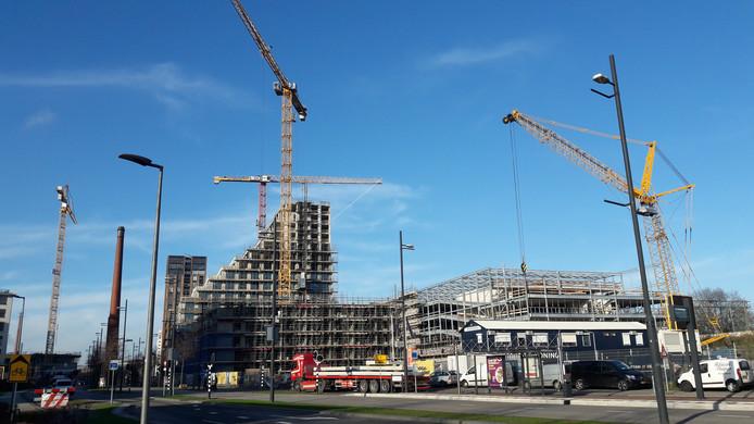 Ondanks de recordaantallen woningen die in 2019 gebouwd werden in Eindhoven, loopt de druk op de woningmarkt in de stad op, meldt makelaarskantoor Van Santvoort. Hier de bouw van appartementen aan de Philitelaan/Spoorzoneop Strijp-S.