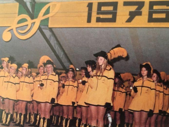 Apollo presenteert zaterdagavond nieuwe uniformen tijdens de jubileumtaptoe op het plein voor het gemeentehuis. Op de foto majorettes in 'oude' uniformen.