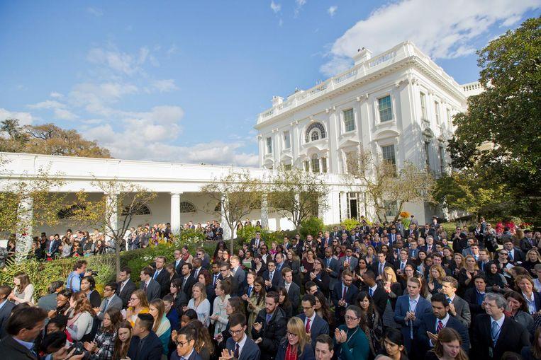 Stafleden van het Witte Huis luisteren naar president Obama. Terwijl Rusland LinkedIn tegenwerkt, nodigde het Witte Huis de netwerksite uit om op bezoek te komen om stafleden te helpen bij het vinden van een nieuwe baan na de verkiezing van Trump. Beeld AP