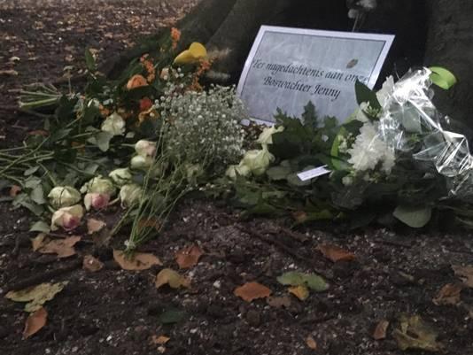 Voor de boswachter worden bloemen gelegd in het Haagse Bos bij de gedenkplaats.
