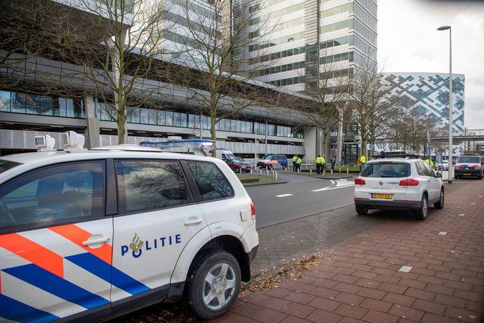 Toen in Eindhoven een man werd ontvoerd noteerden getuigen het kenteken. Een paar uur later sloeg de politie op Schiphol alarm: de Audi stond dar in de parkeergarage, met twee mannen erin. Het slachtoffer was ergens bij Roosendaal afgeleverd.