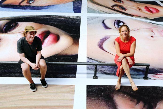 Rinse Staal van Pier15 en Fleur van Muiswinkel, directeur BredaPhoto, op het kunstwerk 'Destroy my Face' van Erik Kessels. Het kunstwerk is inmiddels het middelpunt van een flinke rel.