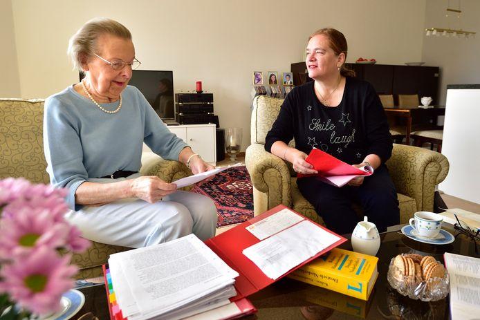 Anjo Oppelaar-Smit (rechts), vrijwilliger en taalmaatje van Humanitas Midden-Holland geeft taalles aan Ingrid Simonis .