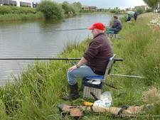Jong en oud vissen samen in Rijssen