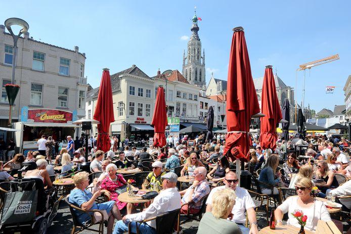 Misschien een derde of een vierde van de terrasstoelen vóór corona (deze foto werd vorig jaar bij Breda Jazz gemaakt) zullen vanaf 1 juni door de anderhalve meter afstand beschikbaar zijn.  De horeca bekijkt momenteel met de gemeente Breda of en hoe de terrassen meer ruimte kunnen krijgen.