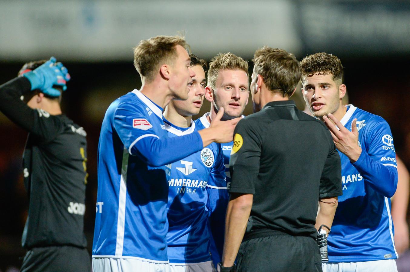 Leo Väisänen (links) beklaagde zich dinsdagavond meteen bij scheidsrechter Martin Perez over zijn rode kaart. De Fin wordt nu alsnog in het gelijk gesteld.