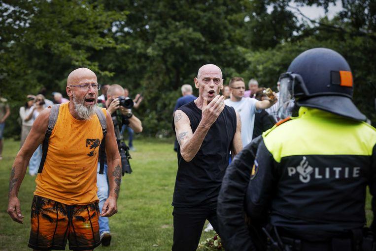 Demonstranten zoeken de confrontatie met de politie bij het Centraal Station van Den Haag, juni dit jaar.  Beeld ANP