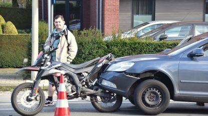 Auto wipt op motorfiets na kop-staartaanrijding: geen gewonden