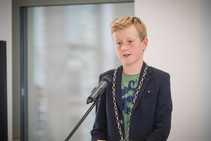 Kersvers kinderburgemeester Mats van Leersum spreekt het publiek toe.