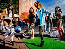 Dragqueens geven voetballes op Roze Maandag