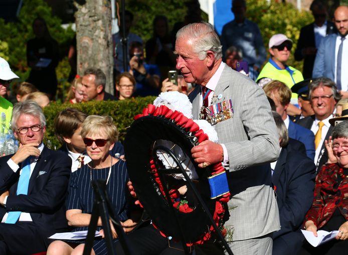 De Britse kroonprins Charles heeft zaterdag in Driel een krans gelegd voor de Poolse militairen die sneuvelden tijdens de Slag om Arnhem in 1944. Dat is bijzonder, omdat de Britten de Polen meer dan 50 jaar lang de schuld gaven van het mislukken van de belangrijke slag.
