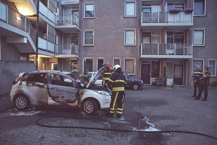 De auto brandde volledig uit aan de Kloosterstraat in Tilburg.