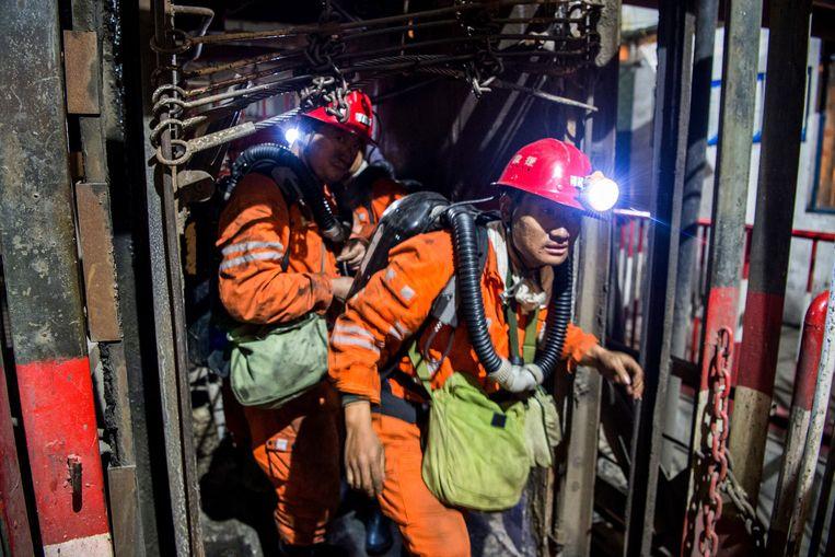 Reddingswerkers gaan een mijn binnen. De mijnbouw geldt in China als zeer gevaarlijk. Archieffoto.