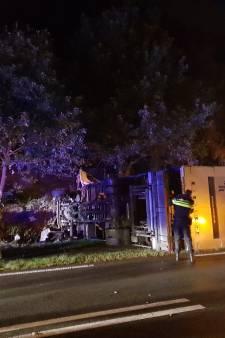 Vrachtwagen belandt op kant in Rhenen, files lossen op