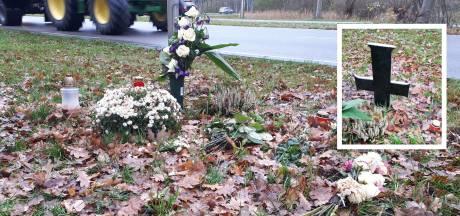Moeder vermoorde Rik haalt kruis van onbekenden weg op herdenkingsplek: 'Bang dat de gemeente dan álles weghaalt'