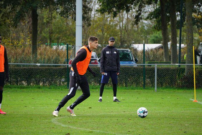 Onder het goedkeurend oog van assistent Mattias Grote legt de 27-jarige Albanees aan tijdens de training van KVO.