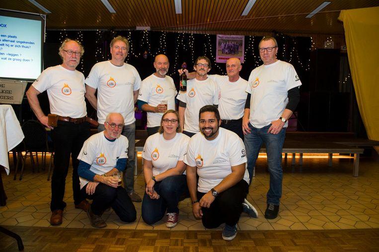 De leden van ACH JA met hun streekbier 't Solfke.
