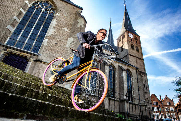 Boris van der Loos vindt het jammer dat de Ronde van Vedett niet dóór de Bergkerk gaat, zoals bij de eerste editie. ,,Dat zou wel heel mooi zijn, maar daar hebben we geen toestemming meer voor.''