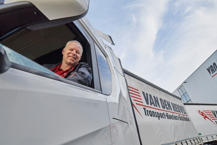 Antoin Blom in zijn vrachtwagen bij Van den Heuvel.
