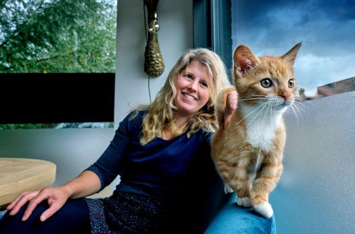 Diertenarts Esther Soeteman met haar kitten Arie, die geboren werd met kikkerpoten.