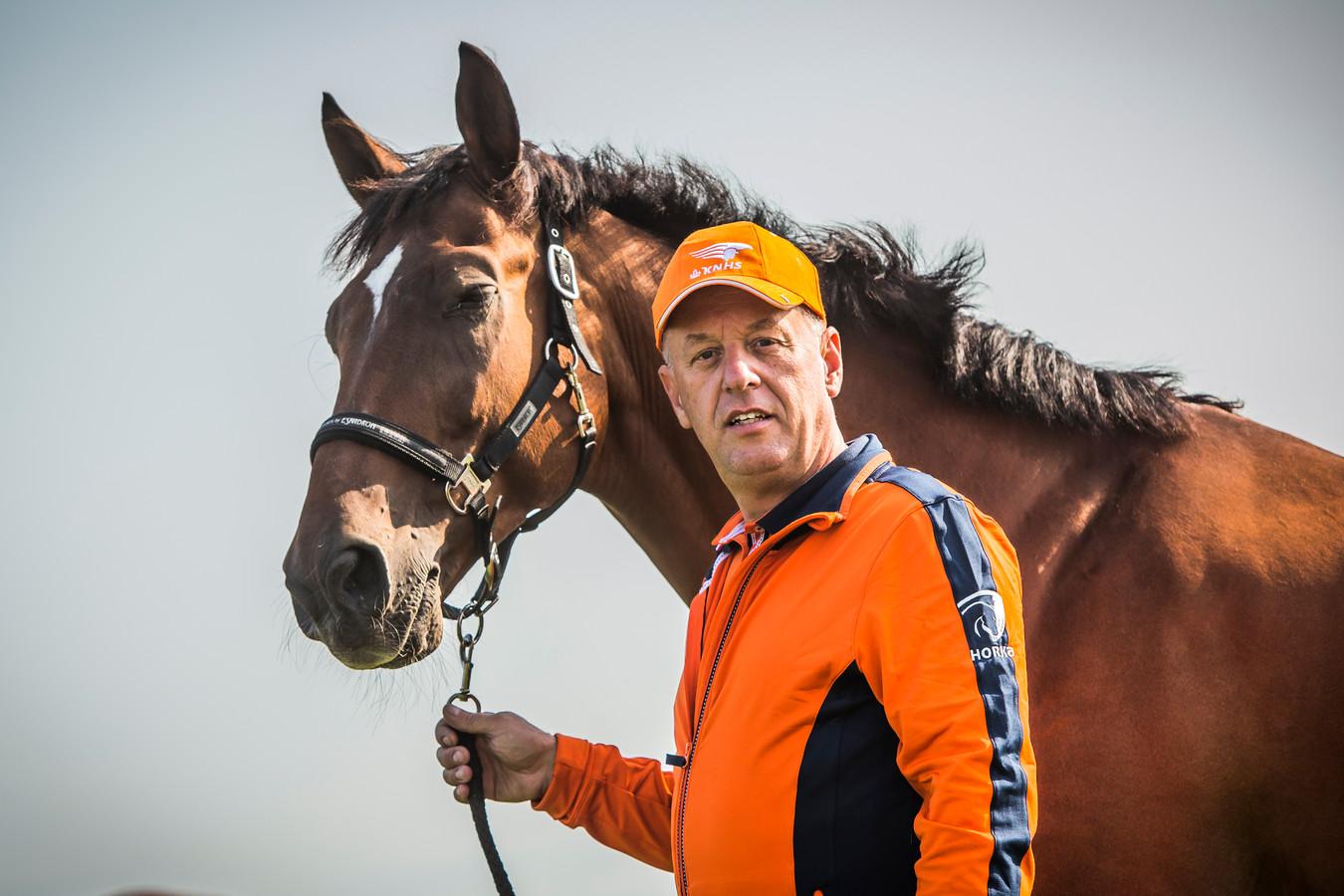 Joop Gommers met zijn paard Bandit op het WK-terrein in Kronenberg.