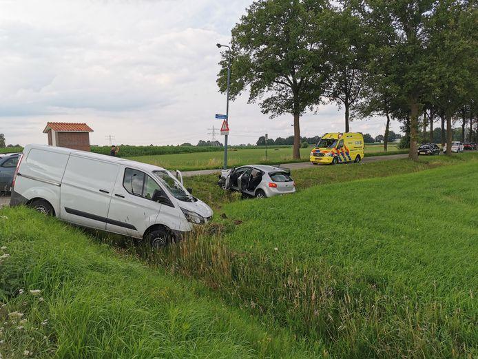 De twee voertuigen kwamen allebei in de sloot tot stilstand.
