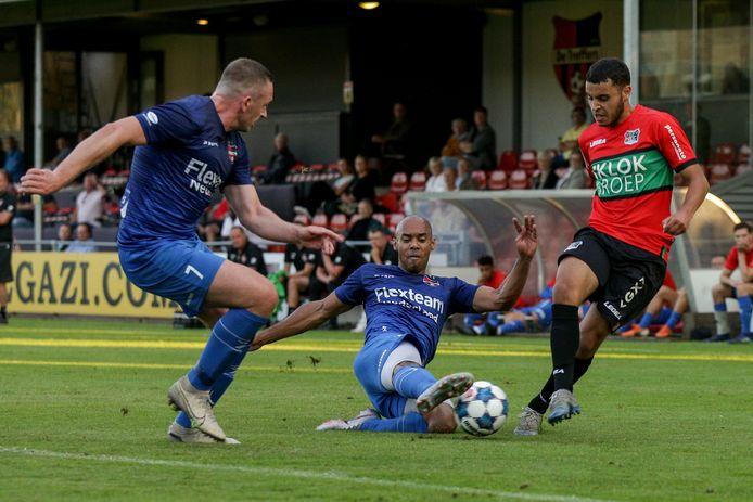 Verdediger Jermo Wilsterman van De Treffers zet met een sliding NEC'er Ayman Sellouf van de bal.