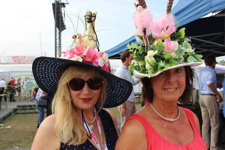 """Lina Van Stappe en Ann Verfaillie uit Sint-Niklaas vielen op met hun zelfgemaakte hoeden. """"Voor ons is dit een jaarlijkse uitstap met vriendinnen. Dat we ons creatief kunnen uitleven vooraf, door zelf onze hoed te maken, is een leuke extra."""""""