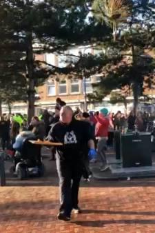 Twee bewoners in Duindorp keken naar een hossende menigte, maar zagen allebei iets anders