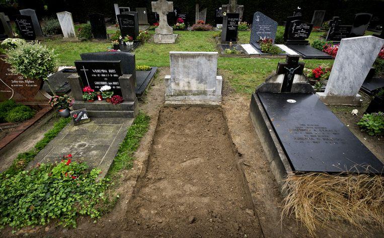 Het graf van Nicole van den Hurk op begraafplaats St. Antonius aan de Boschdijk in Eindhoven. Het lichaam van het meisje werd in 2011 opgegraven in het kader van zogenoemd cold case-onderzoek. Beeld anp