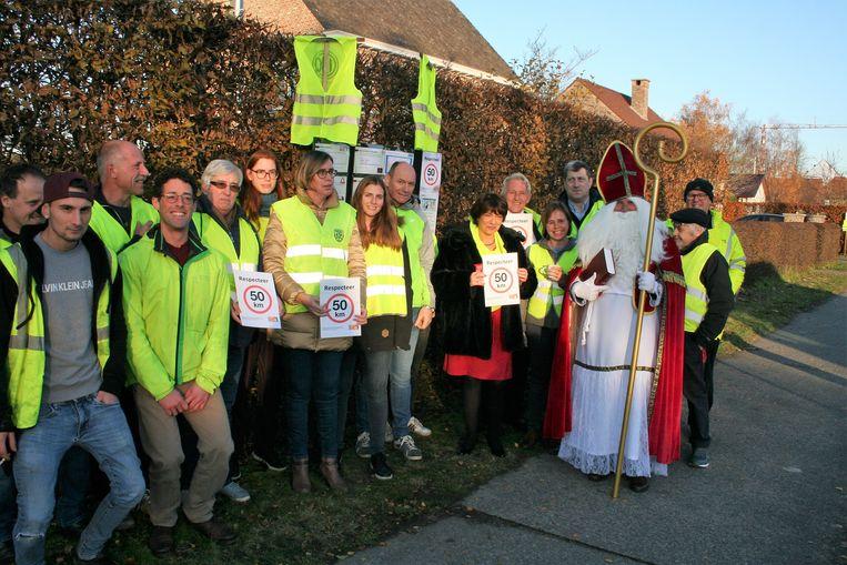 De buurtbewoners van de Dorpvaart en Moerhofstraat nodigden de Sint uit op hun actie voor een verkeersveilige straat.