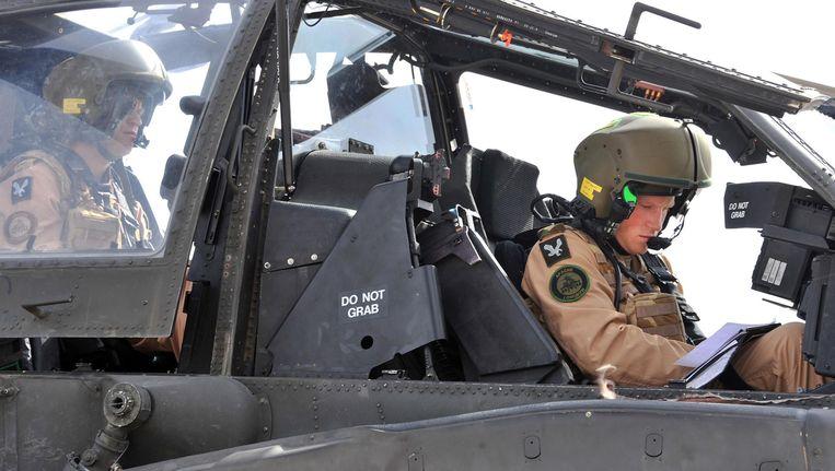 Prins Harry (rechts) in een Apache-helikopter. Beeld AP