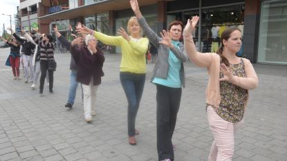 Meedansen in feest- en dansketting op Dag van de Dans