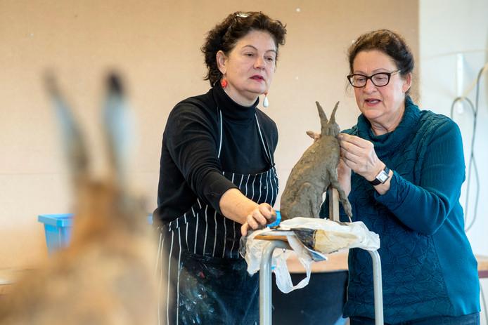 Docente Caroline Koenders (links) cursiste Cilia van Leeuwen in de Kinkel in Bemmel. Daar worden onder de vlag van de Kleine Academie Oost weer kunstzinnige cursussen gegeven.