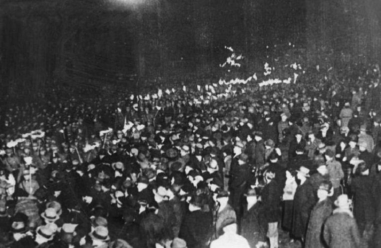 Fakkeloptocht in Berlijn op 30 januari 1933, de dag dat Hitler tot rijkskanselier werd benoemd. De nazi's begrepen maar al te goed dat radio een machtig propagandamiddel was. Beeld Scherl/HH