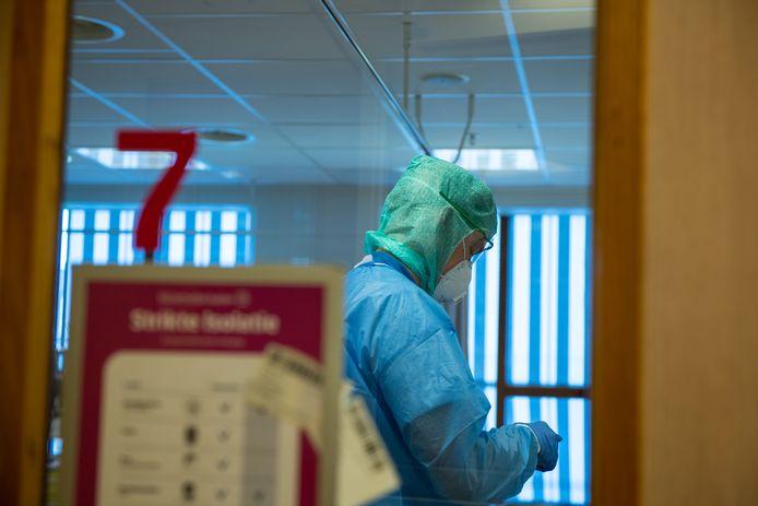 Werken in het Deventer Ziekenhuis tijdens de coronacrisis: werken in beschermende kleding. Het ziekenhuis gaat beschermingsjassen en schorten reinigen en dan hergebruiken.