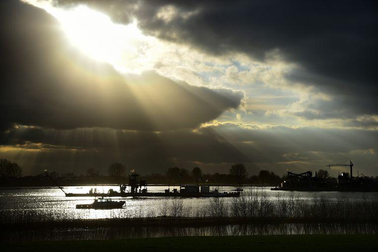 Natuurplas en zandwinning in het project Over de Maas nabij het Gelderse dorp Alphen. Van Rijkswaterstaat mag er granuliet worden gedumpt.  Beeld Marcel van den Bergh / de Volkskrant
