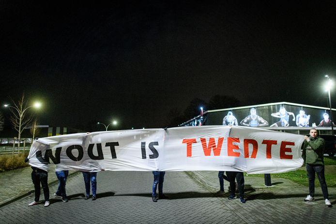 Supporters betuigen met een spandoek hun steun aan Wout Brama.