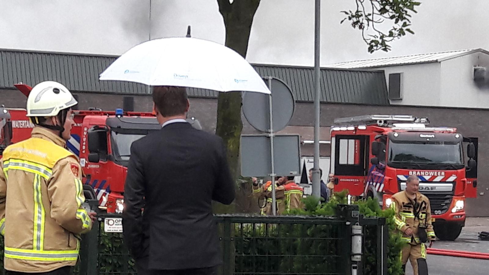 Burgemeester Van Veen bij de brand in de champignonkwekerij in Gemert.