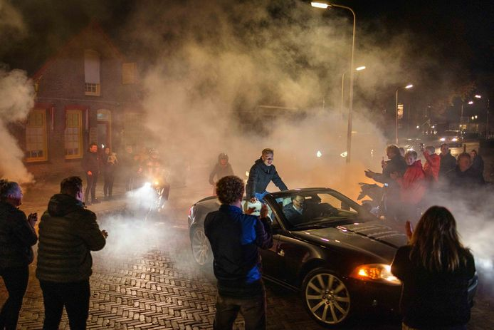 In een cabrio rijdt Jeffrey Buis door Steenwijkerwold, waar de inwoners voor hem klappen en rookpotten ontsteken.