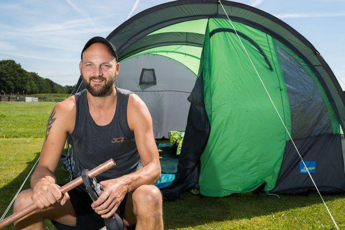 Jordy Zorg (32), loodgieter van beroep, heeft zijn tent opgezet bij de bouwplaats in Herxen.